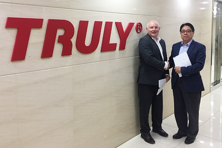 Chuck Milligan, CEO of FlexEnable (left) and James Wong, COO and group executive director of Truly, have signed a licensing agreement to bring flexible organic liquid-crystal display (OLCD) technology to market, challenging incumbent organic light-emitting diode (OLED) display technology.