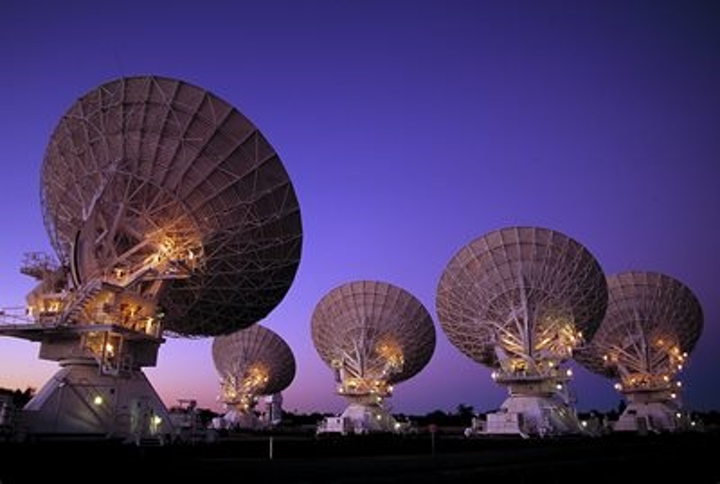 Australian researchers sent a reference signal between two radio telescopes using a 155 km fiber-optic telecommunications link. The new technique passively compensates for network signal fluctuations introduced by environmental factors such as temperature changes or vibrations, and can replace the use of atomic clocks. (Image credit: D. Smyth, CSIRO)